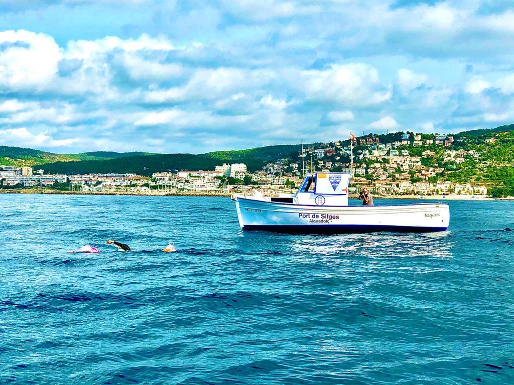 DanielRossinéspasa nadando por Sitges en su reto contra laELA.